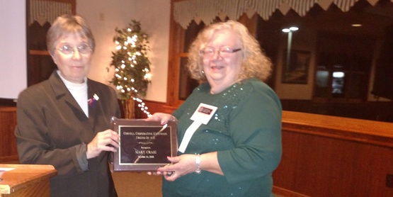 Diane DuMont presents Friend of 4-H Award to Mary Craig
