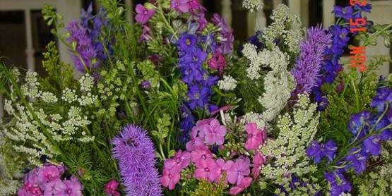 Flower Arranging: Growing and Arranging Flowers from your Yard and Garden