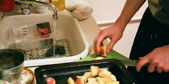 chopping apples