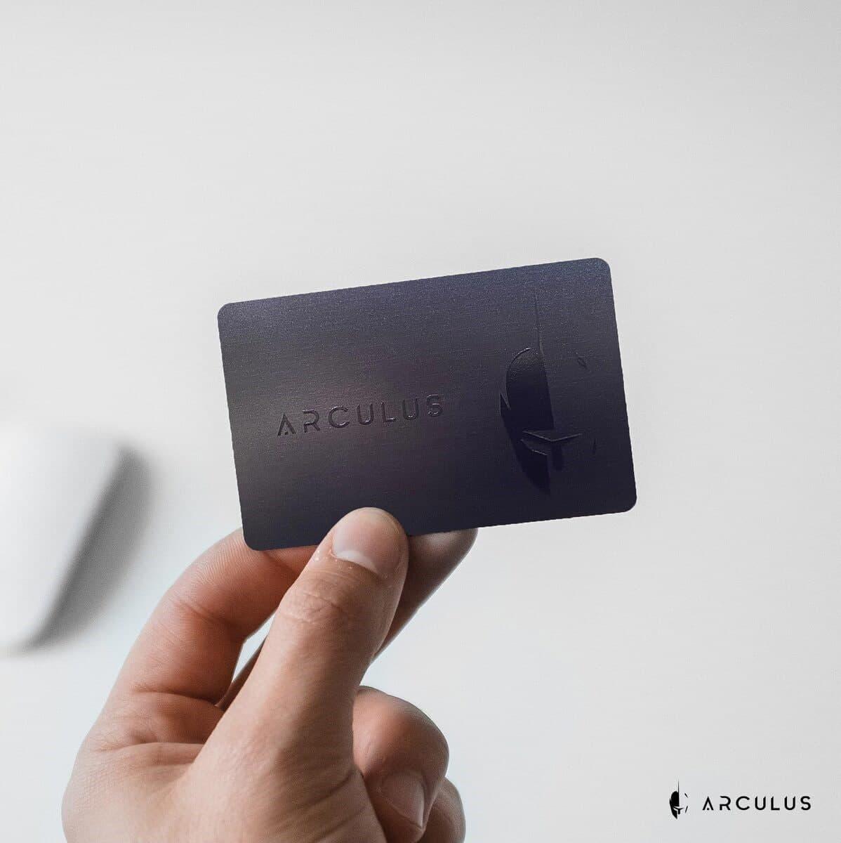 جهاز تخزين أركولوس للعملات الرقمية على شكل بطاقة ائتمان