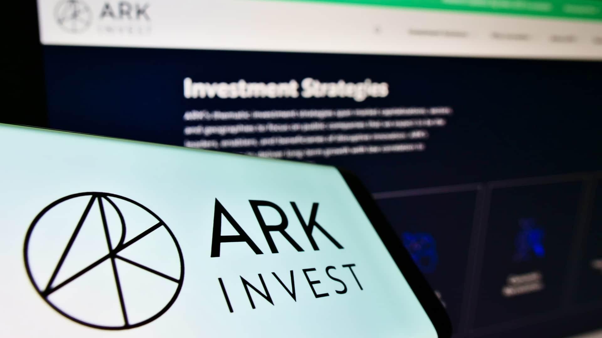 Ark Invest vende ações chinesas e compra bitcoin
