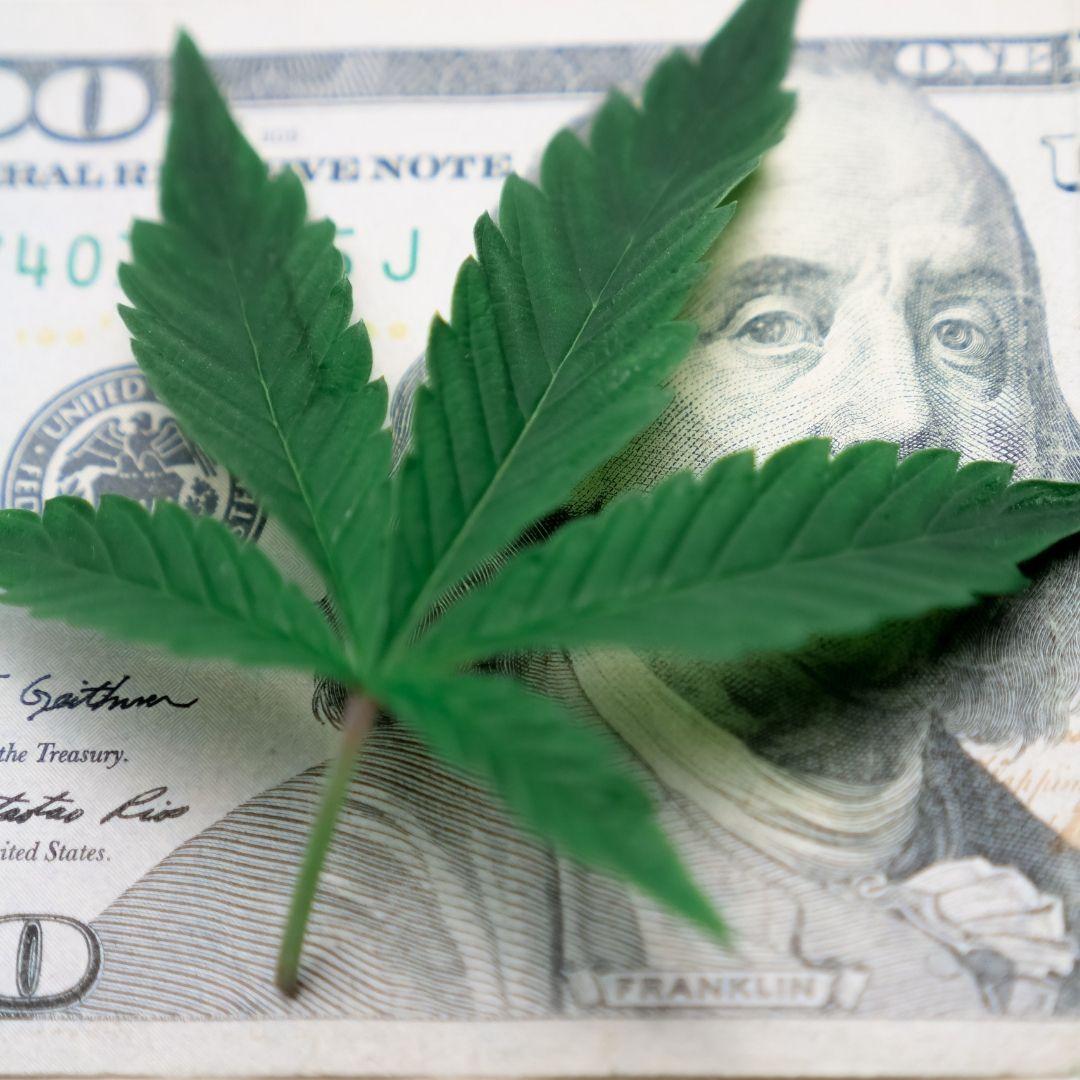 Marijuana_leaf_on_top_of_US_Dollar