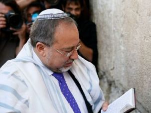 Avigdor Lieberman prays at Western Wall after his acquittal on fraud charges, November 6.
