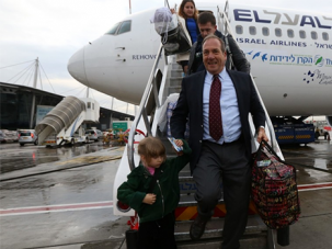 Rabbi Yechiel Eckstein arriving in Israel with the first group of immigrants brought by the International Fellowship of Christians and Jews, Dec. 22, 2014.