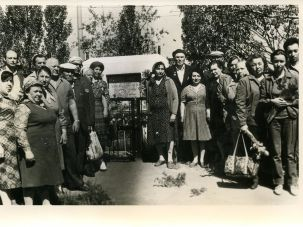 Jewish families visiting the communal grave, 1980s. The tall man on the right is Abram Khabensky, whose parents and three brothers were killed on November 19, 1941.