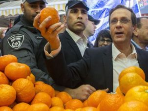 The Alternative: Zionist Union leader Isaac Herzog at the Carmel Market on March 12.