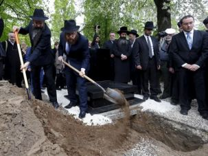 Jews bury the remains of Holocaust victims in the Jewish cemetery in Budapest, Hungary April 15, 2016.