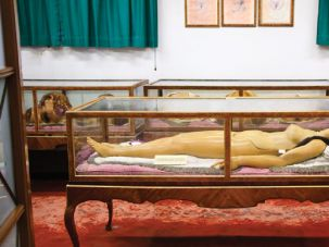Death Becomes Them: Brooklyn's Morbid Anatomy Museum features life-size, ultra-realistic models of dead, naked people..