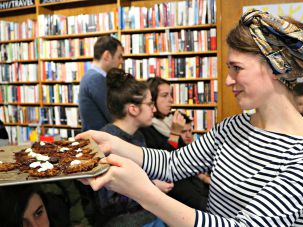Nosh Berlin co-founder Laurel Kratchovila passing out latkes.