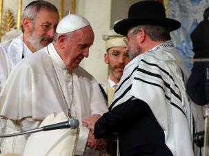 Pope Francis greets leaders and members of the local Jewish community during his visit to the Rome's synagogue on January 17, 2016 in Rome, Italy.