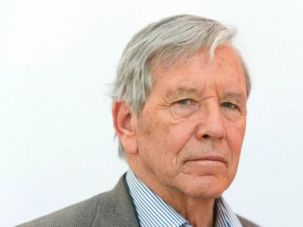 Novelist Amos Oz harshly criticized Benjamin Netanyahu's effort to reshape the Israel Prize literature panel.