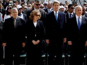 Benjamin Netanyahu, Shimon Peres, John Kerry, Teresa Heinz Kerry and chairman of Yad Vashem Avner Shalev stand still as a two-minute siren marking Holocaust Remembrance Day at Yad Vashem.
