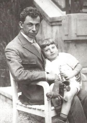 The Yiddish writer Dovid Bergelson holds his son, Lev.