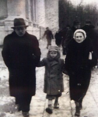 Leo Melamed with his parents in Poland before the family fled Nazi Europe.