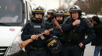 Police mass as hostage drama unfolds at a kosher deli in Paris suburb of Port de Vincennes.