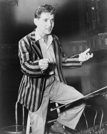 Bernstein conducting the New York City Symphony in 1945 (Wiki Commons)