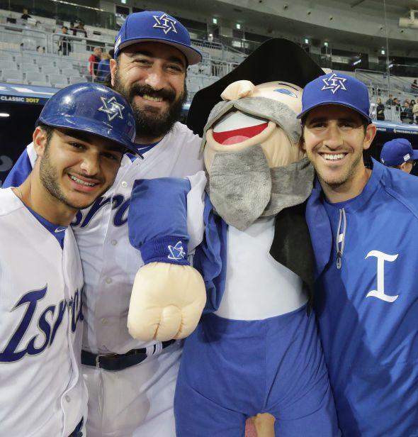 Shlomo Lipetz (center) at the World Baseball Classic.