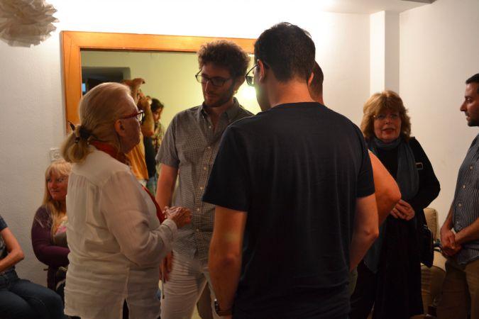 Nina Ecker talks with participants at the Zikaron BaSalon event in Tel Aviv.