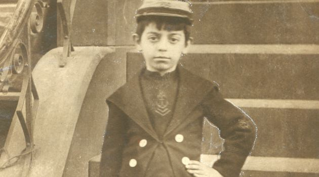 Future Star: Forverts favorite actor, singer and comedian Eddy Cantor on his stoop in the Lower East Side. He is pictured at about 6 years old in a holiday suit and shoes.