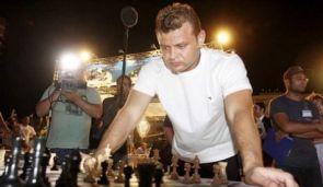 Israeli chess grandmaster Alik Gerson playing in Tel Aviv on Oct. 22, 2010. Photo by: Nir Kaider.