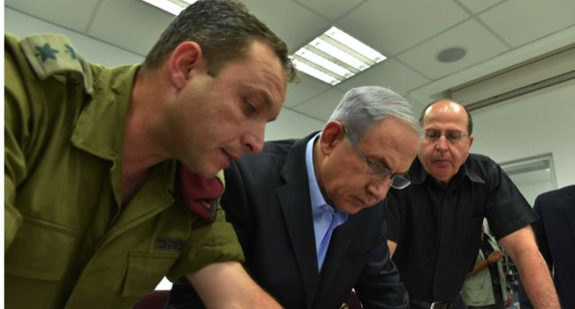 Planning: Defense Minister Moshe Ya'alon and Israel Prime Minister Benjamin Netanyahu meet with IDF forices as they visit the Southern Command.
