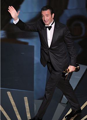 Jean Dujardin accepts the best actor award for ?The Artist.?