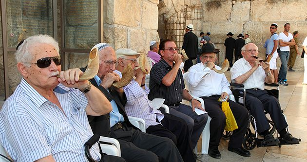 Eyewitnesses: Toldot Yisrael?s video ?Echoes of a Shofar? chronicles the men who blew contraband shofarot at the Western Wall during the British Mandate. The six living shofar blowers recently returned there to blow in unison.