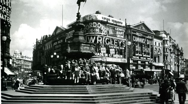 1950s: British travel agencies sent the Forverts photos of life in England ? like this one of Piccadilly Circus ? in order to convince Yiddish travelers that conditions had improved for Anglo Jewry and their fellow citizens after World War II.