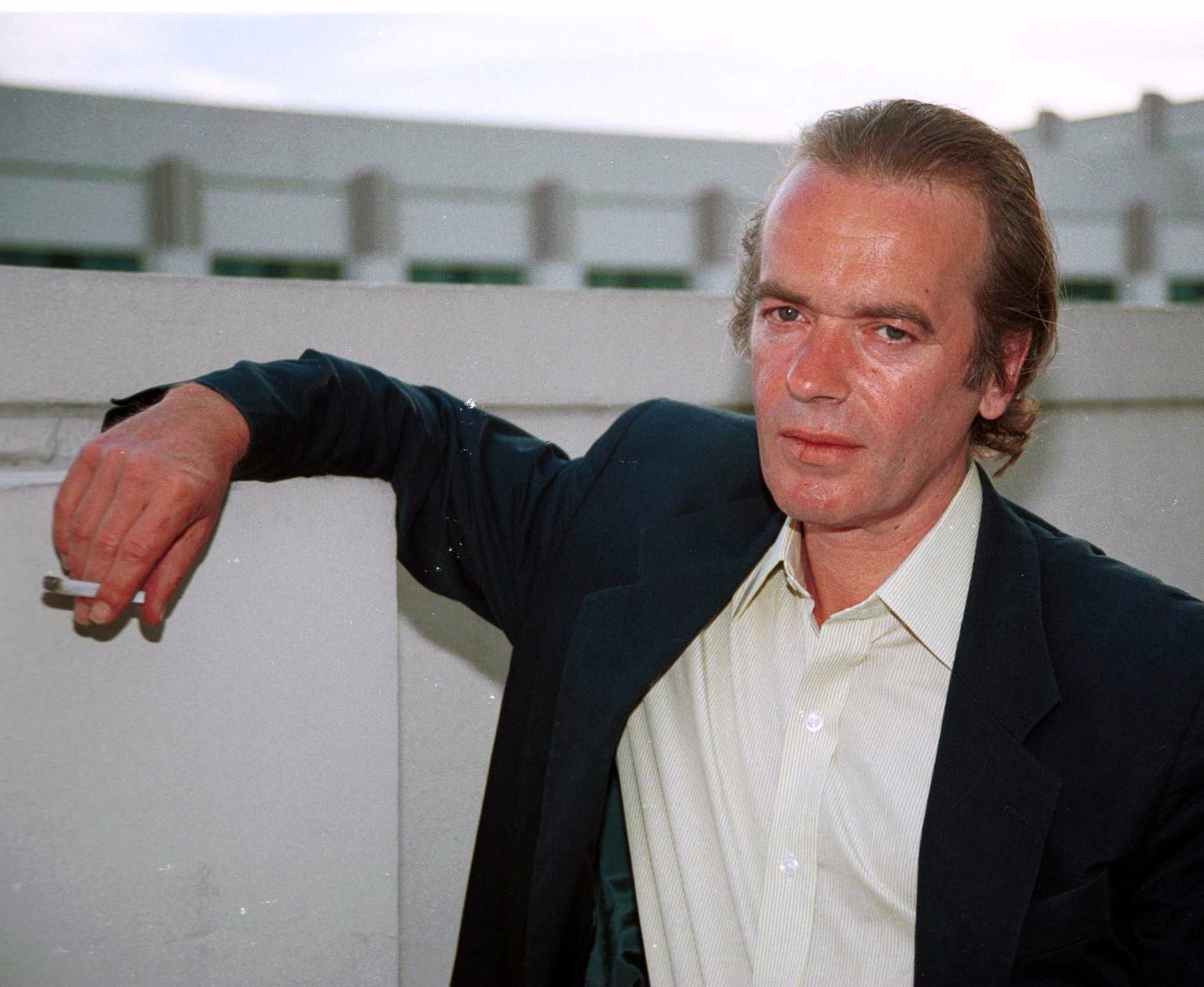 martin amis essays For more than thirty years, martin amis has turned his keen intellect and unrivaled prose loose on an astonishing range of topics now, at last, these incomparable essays have been gathered together in the rub of time.