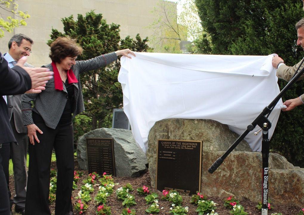 Grandchildren of Sousa Mendes unveil a plaque in Washington recalling his heroism.