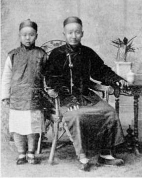A pair of Jews in Kaifeng, in the the late 19th or early 20th centuries.