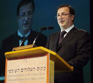 GIVING AND RECEIVING: Diamond magnate Lev Leviev appeared on Sunday at the annual conference of Chabad-Lubavitch emmisaries.