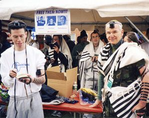 Sixty runners joined the minyan in 2006. Organizer Peter Berkowsky (right) was among those davening.