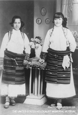 Jewish women in traditional Macedonian garb.