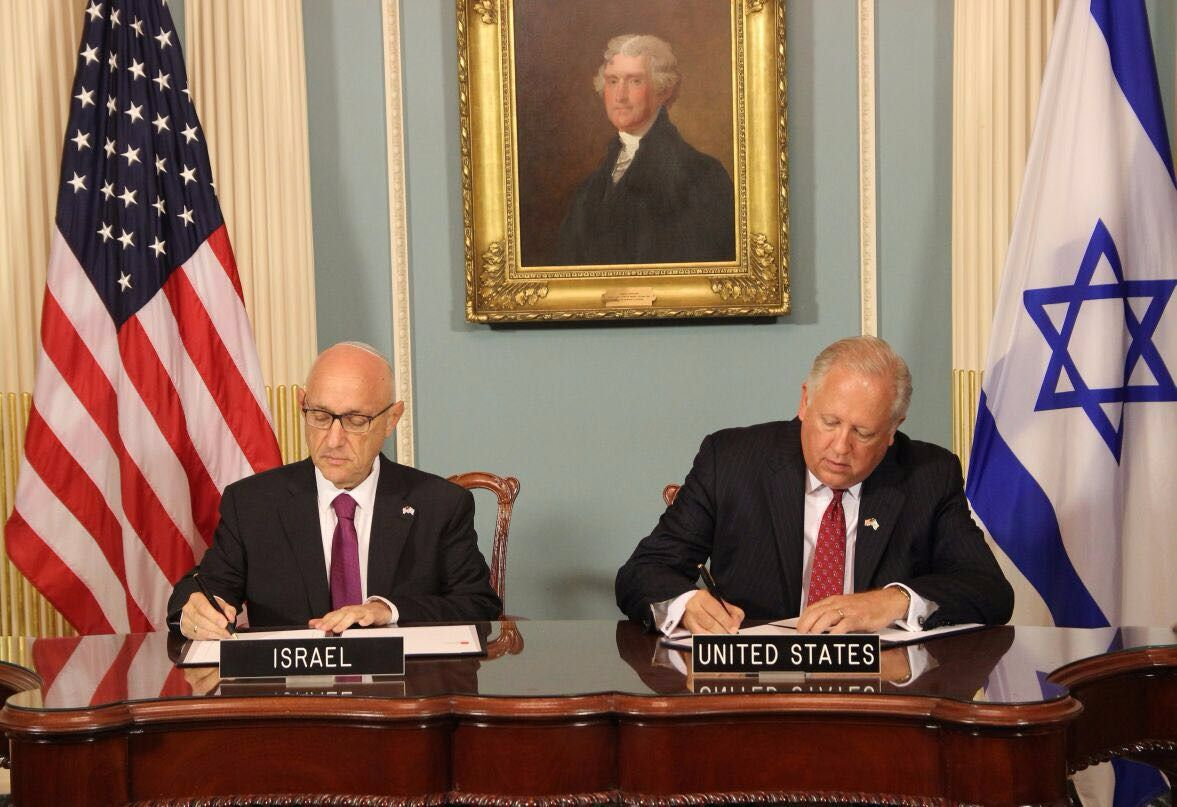 Yaakov Nagel, Israel's national security adviser (left) and U.S. Undersecretary of State for political affairs Thomas Shannon sign the 10-year military aid agreement