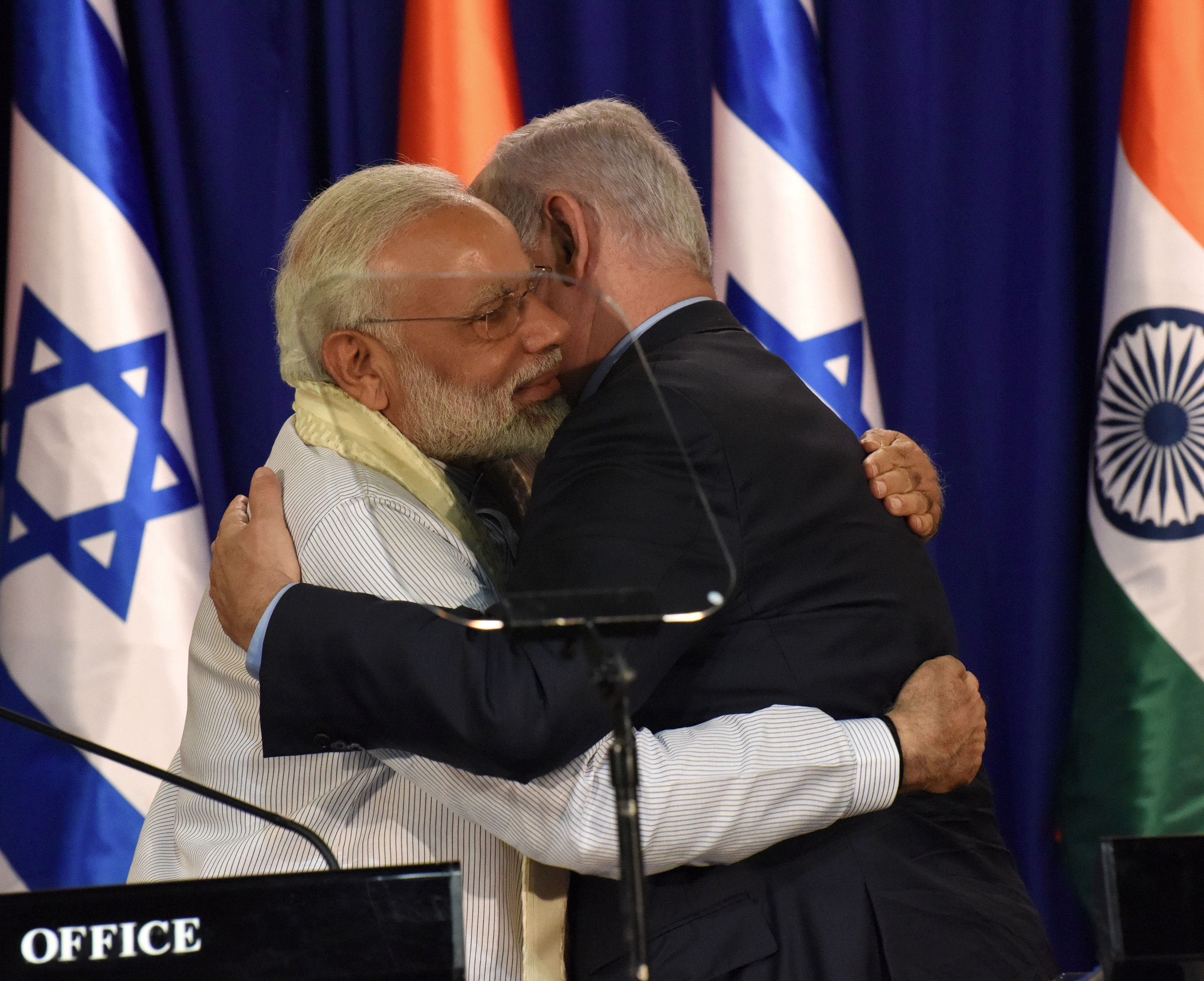 Indian Prime Minister Narendra Modi (L) and Israeli Prime Minister Benjamin Netanyahu embrace following a statement on July 4, 2017, at the Netanyahus' residence in Jerusalem.