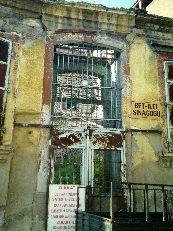 An Izmir synagogue in disrepair