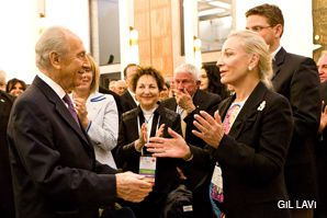 EMBRACING THE FUTURE: Shimon Peres greets prominent Israeli philanthropist Raya Strauss Bendror (center) and Jewish Agency board member Jane Sherman (right) recently at the president's residence.