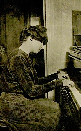 Better Known for Harpsichord: Landowska plays the piano in 1904.