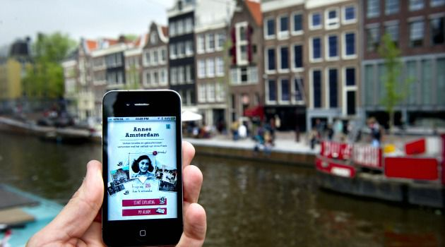 Anne's Amsterdam: A phone shows an application where the history of Anne Frank can be explored at thirty spots in Amsterdam.