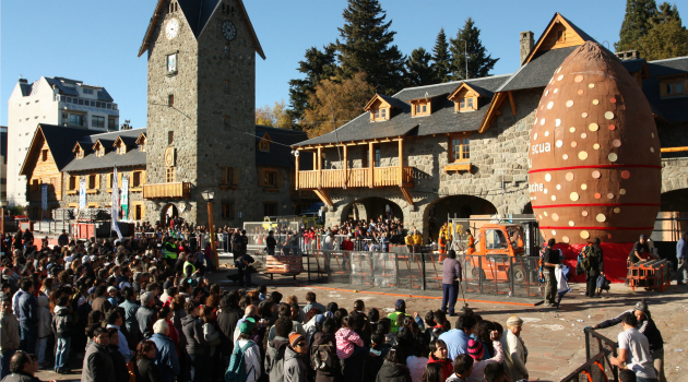 Crowds gathered in 2012 in the Argentina town of Bariloche to view the world's biggest Easter egg. Some in the Andes foothills town are campaigning against Israeli tourists.