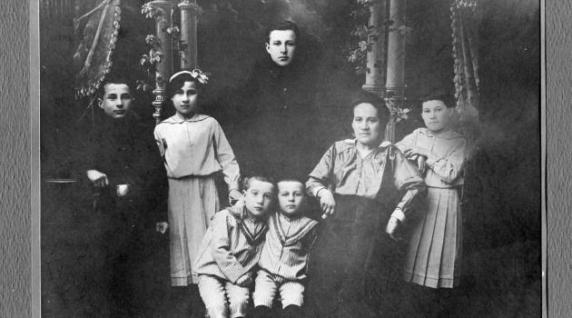 The Brodinsky family as they appeared in a 1914 portrait.