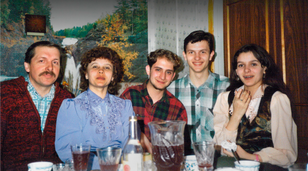 Family and Church: In 1995, the author (center) lived with his hosts (from left) Sasha, Nadya, Denis and Tanya.