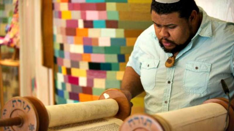 Culinary historian Michael Twitty reading from the Torah.