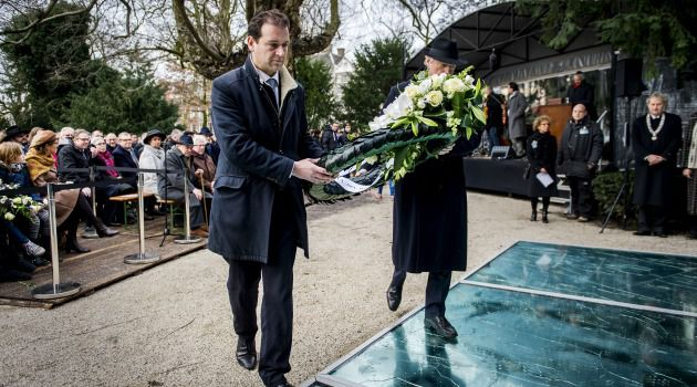 Mixed Message? Dutch dignitaries lay flowers at the Auschwitz memorial in Amsterdam. A pro-Palestinian group plans to challenge the upcoming May 4 memorial day with a shadow event.