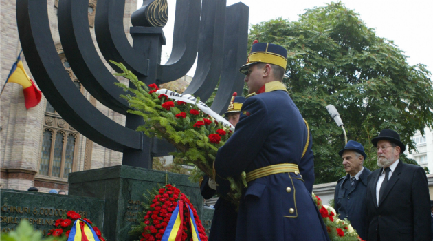 Remembrance : Romanian Jews place wreath at Holocaust memorial.