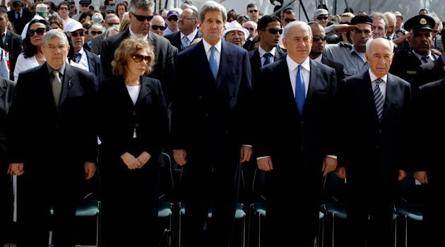 Benjamin Netanyahu, Shimon Peres, John Kerry, Teresa Heinz Kerry and chairman of Yad Vashem Avner Shalev stand still as a two-minute siren marking Holocaust Remembrance Day at Yad Vashem.