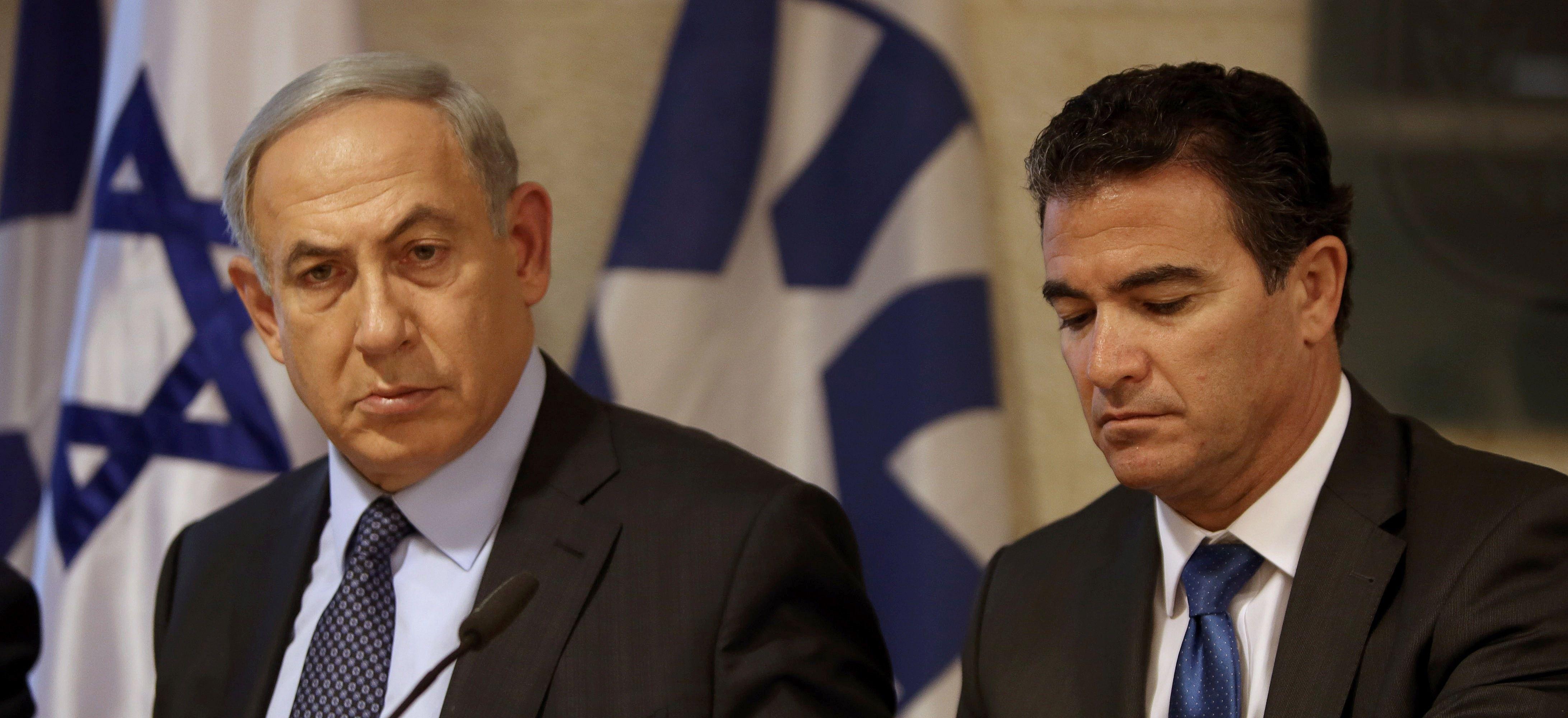 Yossi Cohen (R) and Benjamin Netanyahu.