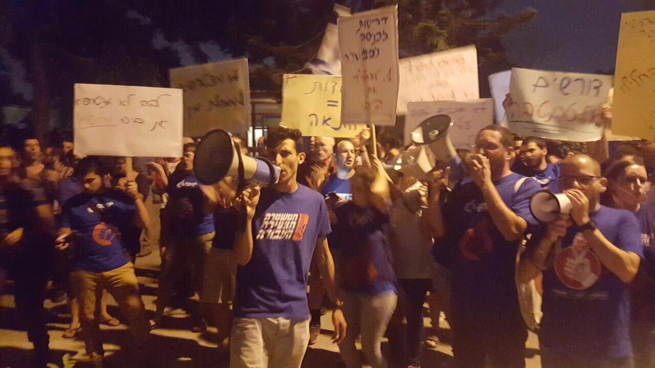 The youth wing of the Labor Party protest outside Yitzhak Herzog's home against a unity government.