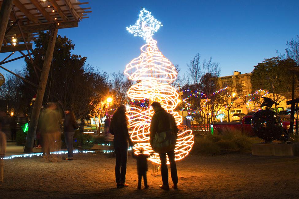 SO Dec2020 133763 holiday light sculpture
